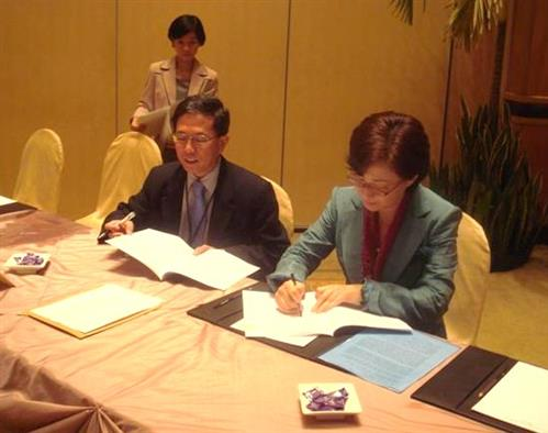 Signing agreement - Memorandum of Cooperation with the Partnerships in Environmental Management for the Seas of East Asia (PEMSEA) Secretariat of the Convention on Biological Diversity