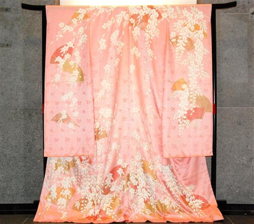 MISIA, U.N. Honorary Ambassador to COP10, donates a kimono Secretariat of the Convention on Biological Diversity